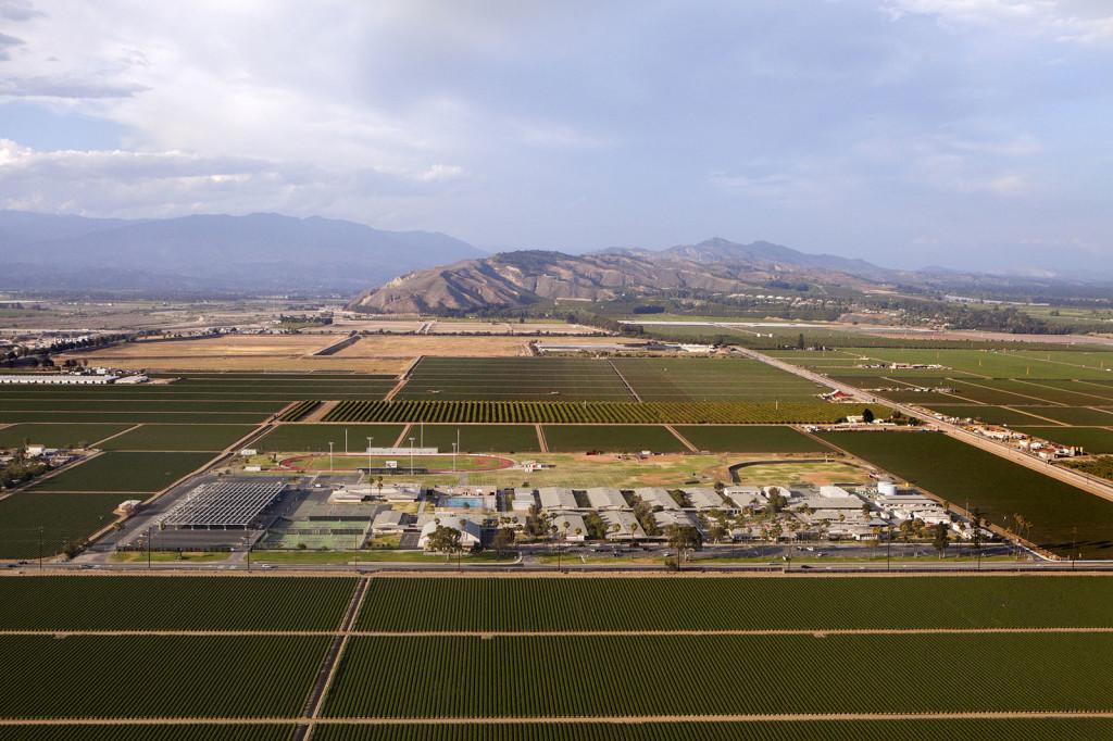 La Escuela Secundaria Río Mesa en Oxnard, California, está rodeada por campos de fresas por los cuatro costados.