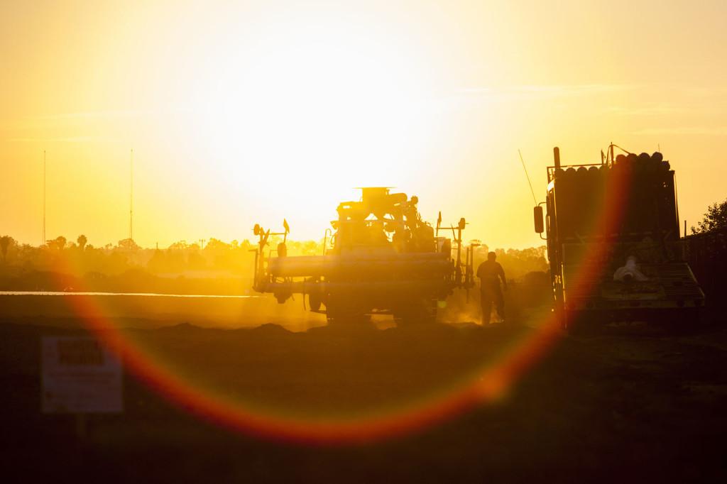 Los trabajadores agrícolas se preparan para fumigar un campo de fresas en el condado de Ventura, California.